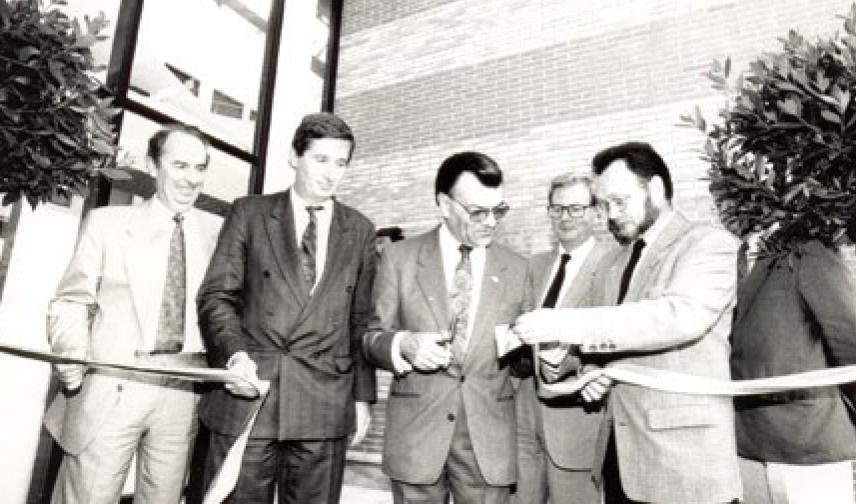 Michel Garnier, alors administrateur provisoire de l'UVSQ coupe le ruban à l'occasion de l'inauguration du bâtiment Leclerc à Guyancourt dédié au droit et science politique.